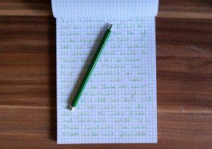 Notizblock Schreiben mit Buntstift