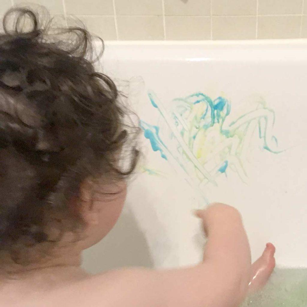 Badewannenfarbe mit Kind