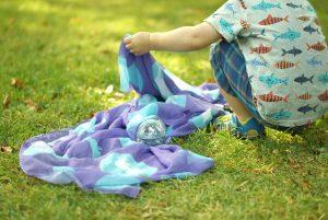 Spiele mit Kleinkindern aus Tüchern